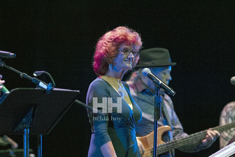 Cantantes haciendo en el escenario 2